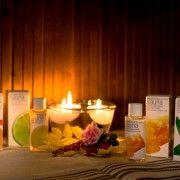 Riittoisa saunatuoksu Sitruuna-Lime Dresdner Essenzen rentouttavat, 100% luonnolliset eteeriset saunatuoksut. Sitruuna-Lime saunatuoksu helpottaa hengittämistä saunassa ja syväpuhdistaa ihohuokosia. Säännöllisesti käytettynä vahvistaa kehoa ja antaa lisää hyvinvointia. Käyttö: 5 tippaa / 1 litra löylyvettä. Koko: 100ml http://www.salonsydan.fi/tuote/riittoisa-saunatuoksu-sitruuna-lime/