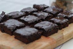 Recept på en nyttig brownie utan vitt mjöl och socker. Glutenfri och mjölkfri. Innehåller sötpotatis som gör den extra saftig och god.