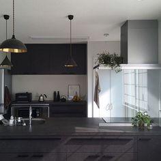 女性で、4LDKのペンダントライト/観葉植物/リシェルSI/男前/ペニンシュラキッチン/futagami…などについてのインテリア実例を紹介。(この写真は 2016-08-07 08:28:24 に共有されました) Natural Interior, Kitchen Pantry, Cupboard, Interior Decorating, Ceiling Lights, Lighting, House, Futagami, Home Decor