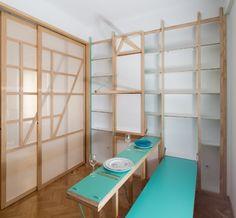 A mesa de jantar para dois lugares - que também serve como tábua de passar roupas - conta com banco retrátil para os usuários. A marcenaria tem acabamento laqueado. Com desenho do escritório de arquitetura espanhol Elii, o projeto 076 Susaloon dá soluções embutidas de móveis para um apê em Madri, Espanha
