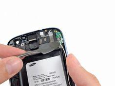 Schritt 9 -       erwenden Sie einen Metall-Spudger um sorgfältig die Antennenplatte vor der Frontplatte zu hebeln.      Heben und entfernen Sie die Antennenplatte aus dem Telefon.