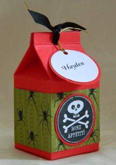 Cajas de cartón de leche decoradas, para almacenar galletas, chocolates y dar como obsequio. Lavar y dejar secar muy bien la caja. Pintar con pintura en aerosol. Decorar con cintas, papel de regalo, colillas, abalorios, adhesivos etc.