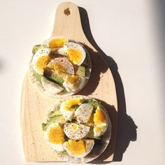 ❝Lunch in the sunshine! Avocado & egg on two rice cakes.❞