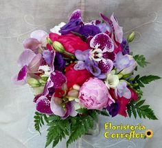 FLORISTERÍA CORREFLOR. 916956271. Ramo Nupcial multifloral en tonos morados, rosas y blancos.