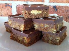 Vegetarian - Honeycomb slice Biscuit and Crunchie bar base with chocolate topping. This is one of the easiest slices you will ever make. Crunchie Bar, Baking Recipes, Cake Recipes, Dessert Recipes, Fudge Recipes, Mini Desserts, Easter Recipes, Tea Recipes, Recipes