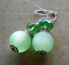 Ohrhänger mit Polaris- und Swarovskiperlen in der Farbe +mintgrün/grün+.     Funkelnde Strassrondelle veredeln die Optik der Ohrringe zusätzlich.    D