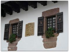 Zugarramurdi. Detalle de ventana y blasón de una casa típica