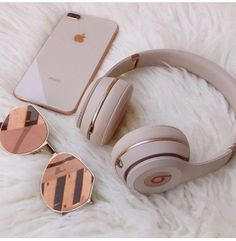 Everday essentials Rose gold beats by dre// high performance headphones Match your headphones to your iphone Things To Buy, Girly Things, Girly Stuff, Tattoo Arm Frau, Rose Gold Aesthetic, Cute Headphones, Iphone Headphones, Beats Headphones, Wireless Headphones