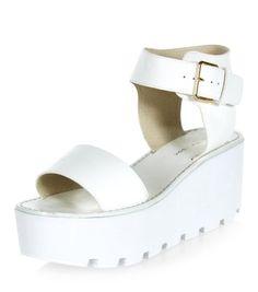 Chaussures blanches à épaisse semelle compensée rainurée