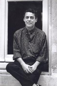 Chico Buarque em ensaio fotográfico de Jaques Sassier. Ao longo dos anos 80, o cantor trouxe estampas miúdas para seu guarda-roupa, porém preferiu tons sóbrios.