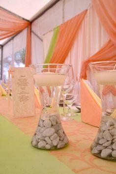 A jól kiválasztott  2  szín, az asztali futón is megfér egymás mellett. Tabula Rasa, Table Decorations, Furniture, Home Decor, Decoration Home, Room Decor, Home Furnishings, Home Interior Design, Clean Slate