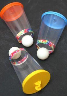 Wer trifft am höchsten oder am weitesten und fängt den Ball wieder auf?! Gebastelt aus einem Becher, einem Luftballon und einem Tischtennisball.
