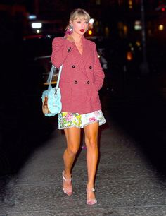 Taylor Swift heads home from Gigi Hadid's birthday party in a festive red houndstooth blazer Taylor Swift Gigi Hadid, Taylor Swift Style, Taylor Swift Pictures, Taylor Alison Swift, Live Taylor, Studded Denim, Red Blazer, Back Home, Celebrity Style