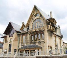 Пример красивой отделки фасада дома бежевого цвета в эклектичном стиле