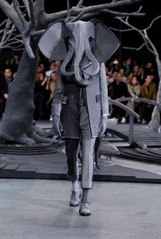 ニューヨークのファッションブランド、トム・ブラウン。昨年、東京の青山にもフラッグショップがオープンし、日本でもその名が浸透しつつあります。  日本の公式通販サイ …