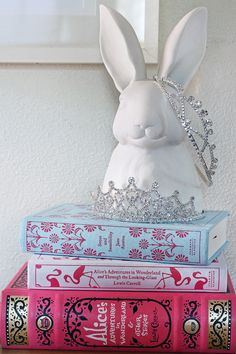 Love the ALICE IN WONDERLAND inspired theme. that bunny and those crowns rock