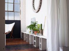 Ambiance brique et parpaings douceur du plancher bois et des rideaux blancs