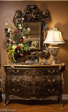 Now this is the way to showcase a Bombay chest! LOVE the flower arrangement, might have to rework the one off of our foyer!