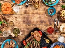 Appetizing barbecued steak, sausages and grilled vegetables on a wooden picnic table with copy space, top view , Cozy Restaurant, Restaurant Offers, Winterthur, Vegetable Stock Image, Cobb, Wooden Picnic Tables, Clay Plates, Best Craft Beers, Grilled Vegetables