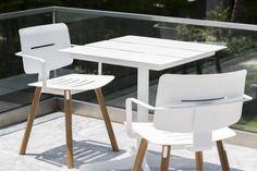 La combinaison idéale pour aménager un petit coin de balcon, table Ceru et chaise Coco de la marque Oasiq www.oasiq.com