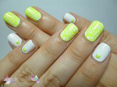 Nail art amarillo neón y blanco m61 Konad y tachuelas. Hagamos Nails. Neon nail art yellow and white, m61 konad plate, studs