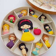 Preorder NEW Disney Princess macaron set Disney Desserts, Cute Desserts, Disney Food, Delicious Desserts, Macaroons, Macaroon Cookies, Cute Cookies, Yummy Cookies, Creative Cakes