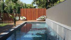 zwembad hek ideeën met blauwe hardsteen omgaan