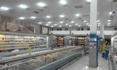 Case usando a ONNO SLIM FLEXIBLE: Supermercado com 1.200m2 de área que estava com uma iluminação em torno de 120 lux, iluminação heterogênea e áreas com penumbra. Decisão tomada: triplicar o nível de luminosidade, deixando as luminárias dispostas de maneira homogênea por toda a área. Iluminação anterior: 25 lâmpadas de 8.100 lm = 202.500lm. Número de luminárias adotadas: 202.500 lm x 3= 607.500 lm / 9.600 lm (cada ONNO Slim) = aproximadamente 64 luminárias Slim Flexible 80W.