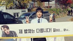 Fans gift Siwan and cast members of 'Misaeng' with a yummy food cart | http://www.allkpop.com/article/2014/11/fans-gift-siwan-and-cast-members-of-misaeng-with-a-yummy-food-cart