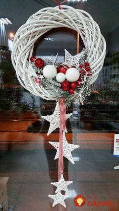 Kúpili len holý kruh z prútia za pár drobných: Keď uvidíte tie úžasné nápady, na prečačkané vence v obchode už ani nepozrite! Christmas Door, Rustic Christmas, Winter Christmas, Christmas Ornaments, White Ornaments, Christmas Projects, Holiday Crafts, Christmas Ideas, Theme Noel