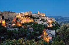 A la nuit tombée, les lumières se reflètent sur les murs des bastides, révêlant tout le charme d'un village typiquement provençal.