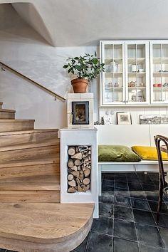 Pod praktickou dlažbou je ukryto podlahové vytápění. Teplo domova pomáhá zajistit také krbová vložka.