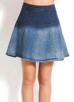 Saia Jeans Evasê Degradê Azul Saia confeccionada em jeans com elastano. Modelo evasê com fechamento por zíper e botão nas costas. Cintura: Alta. Comprimento Curto. Prática e versátil, a saia evasê garante inúmeras combinações deixando qualquer look charmoso. Nessa versão, ela ganha descontração com o efeito degradê. Aposte e use para ocasiões descontraídas. Material: 84% Algodão, 14% Poliéster e 2% Elastano. Cintura: Alta. Comprimento: Curto. Cor: Degradê Azul.