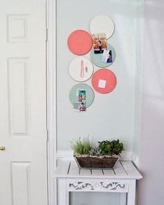 plusieurs porte rouleaux wc ikea grundtal suspendus au plafond chacun tant peint la bombe. Black Bedroom Furniture Sets. Home Design Ideas