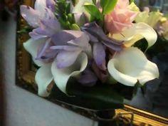 www.graficflower.com Ramo de novia con fresias con lisianthus y minicalas, en mango corto, mas en www.graficflower.com