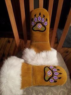 ladies mitts, I wonder if Rose would like a pair of these. Native American Clothing, Native American Fashion, American Art, Native Beadwork, Native American Beadwork, Beaded Moccasins, Beadwork Designs, Native Design, Nativity Crafts