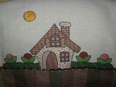 Pano de prato medindo 0,50x0,70 cm, confeccionado em sacaria de algodão Estilotex, com barrado e patch colagem com tecidos em algodão bordado a mão. Os tecidos poderão ser alterados conforme disponibilidade.