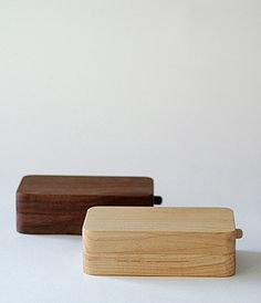 The 45° Butter Case was designed with a knife that allows you to easily scrape the butter that has gathered in the corners of the case. The clever design by well known product designer Masanori Oji is part of the Kakudo Series of tableware hand-crafted in Hokkaido by Hidetoshi Takahashi.