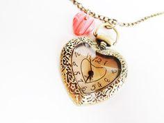 Passend zum Muttertag biete ich Euch eine wunderschöne Uhrenkette in Herzform,verziert mit einem kleinen,rosa Herzchen an der Kette.     Ein tolles Ge
