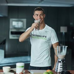 Cristiano Ronaldo: Recover stronger with a combination of carbs and protein to aid in muscle repair. Herbalife Chile, Herbalife Healthy Meal, Herbalife 24, Herbalife Nutrition, Herbalife Products, Herbalife Recipes, Cristiano Ronaldo Junior, Cr7 Ronaldo, Squat