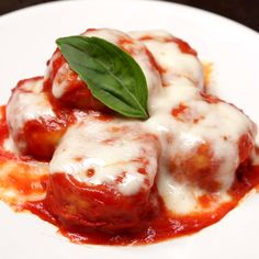 The pizzaiola potato buttons are an original dish reminiscent of the very famous Sorrento Gnocchi: potatoes, tomato, basil and mozzarella are in fact its main ingredients. Comida Siciliana, Confort Food, Vegetarian Recipes, Cooking Recipes, Good Food, Yummy Food, Savoury Dishes, Gnocchi, Diy Food