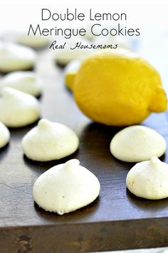 These light gluten free meringue cookies are the perfect light summer treat! Lemon Desserts, Lemon Recipes, Köstliche Desserts, Sweet Recipes, Delicious Desserts, Dessert Recipes, Lemon Mirangue Recipe, Crinkle Cookies, Lemon Meringue Cookies