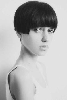 Hair cut molto corto effetto vintage, tra i tagli capelli lisci per la primavera estate 2015.