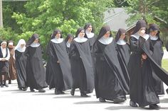 Benedictines of Mary, Queen of Apostles Nun Outfit, The Nun's Story, Sister Pictures, Sister Pics, Daughters Of Charity, Crime, Peaceful Words, Corporate Women, Religion