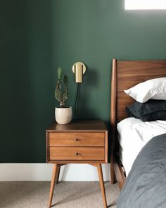 Modern Home Decor Bedroom Green Bedroom Walls, Green Master Bedroom, Green Bedroom Decor, Green Accent Walls, Accent Wall Bedroom, Bedroom Wall Colors, Wood Bedroom, Room Ideas Bedroom, Home Decor Bedroom