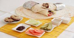 Fabulosa receta para Falafel. El Falafel es una croqueta vegetal de garbanzos. Un plato muy popular en Siria y el medio oriente que se suele comer más en la calle que en casa. Se pueden comer en el plato o en bocadillo. Esta vez lo haremos en bocadillo enrollado de pan de pita.