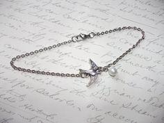 Silver bird with pearl anklet / bracelet de la boutique BijouxdeBrigitte sur Etsy Bracelet Bras, Boutique, Silver, Etsy, Jewelry, Wall Plug, Glass Beads, Jewerly, Jewlery
