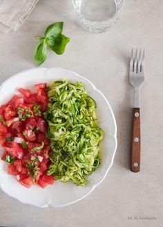 Lekki makaron z cukinii z pomidorową salsą - to nie tylko wspaniałe danie podczas diety dr Dąbrowskiej, ale też idealna propozycja na obiad w upalny dzień. Clean Recipes, Food Design, Gluten Free Recipes, Risotto, Salsa, Grilling, Spaghetti, Food And Drink, Vegetarian
