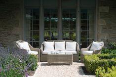 Garden Neptunes Wurzeln liegen in den Gartenmöbeln. Indem wir uns Kreativität, Handwerkskunst und Qualität zu unseren Zielen setzten, entwickelten wir aus den ersten Produkten Gartenkollektionenaus wetterfestem Korbimitat, Metall und Stein. Jede dieser Kollektionen ist extrem haltbar, absolut wetterfest und unglaublich bequem. Das Design erinnert an einen sonnenverwöhnten Tag in der Toskana, doch verschönert jede von Ihnen auch den schwäbischen Sommer und passt perfekt zu erfrischenden…