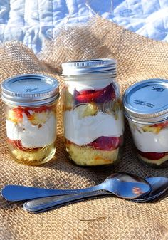 Mix up quick and easy Strawberry Shortcake in a Mason jar for dessert! #betteringlass #julypicnicseries #beachpicnic